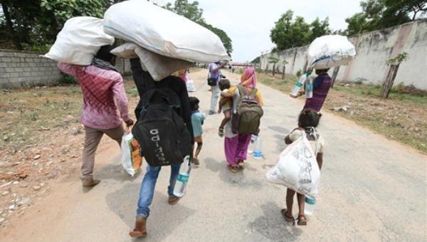 Lao động nhập cư Ấn Độ về quê khi các TP lớn áp dụng lệnh phong tỏa để chống dịch COVID-19. Ảnh: THX