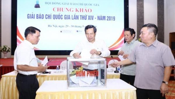 Thành viên Hội đồng giám khảo Giải Báo chí quốc gia lần thứ XIV - năm 2019 bỏ phiếu chấm điểm các tác phẩm báo chí. Ảnh: hanoimoi.com.vn