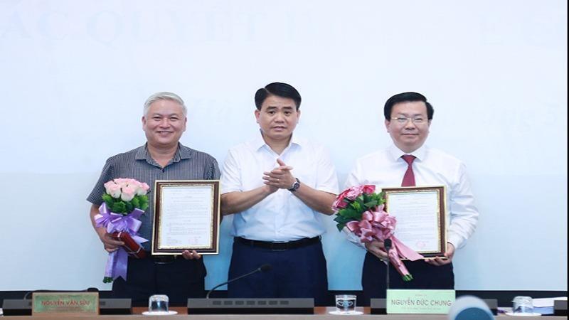 Chủ tịch UBND TP Hà Nội Nguyễn Đức Chung trao quyết định và chúc mừng đồng chí Võ Nguyên Phong, Nguyễn Đức Hùng. Ảnh: VGP