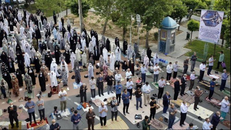 Người Iran tham gia buổi lễ cầu nguyện Eid-al Fitr tại Teheran, vào ngày 24/5/2020. Ảnh: EPA-EFE