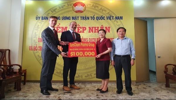 Đại diện Ủy ban Trung ương Mặt trận Tổ quốc Việt Nam tiếp  nhận ủng hộ của Pharma Group.