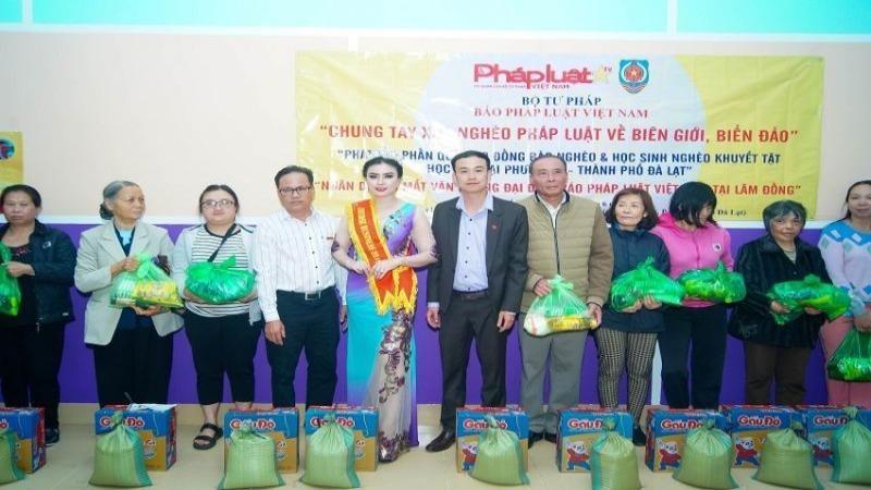 Báo Pháp luật Việt Nam trao quà cho người nghèo tại Lâm Đồng