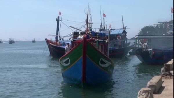 Tàu cá QNg 96416 TS bị tàu sắt nước ngoài số hiệu 4006 cùng 01 xuồng máy truy đuổi, khống chế, cập mạn. (Ảnh: Đài PT&TH Quảng Ngãi).