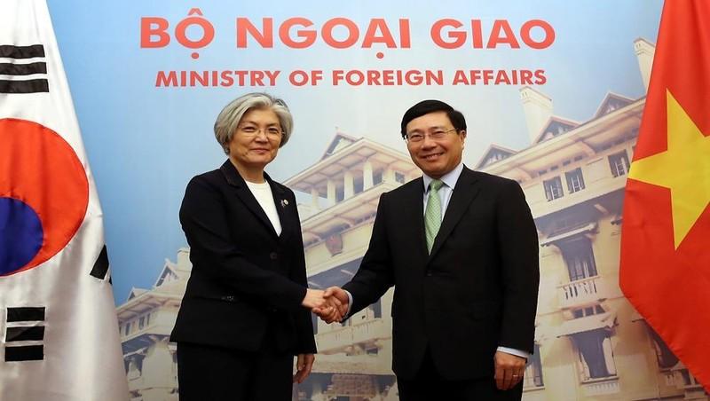 Phó Thủ tướng, Bộ trưởng Ngoại giao Phạm Bình Minh và Bộ trưởng Ngoại giao Hàn Quốc Kang Kyung Wha trước thềm cuộc hội đàm tại Nhà khách Chính phủ ngày 9/3/2018. Ảnh: VGP/Hải Minh