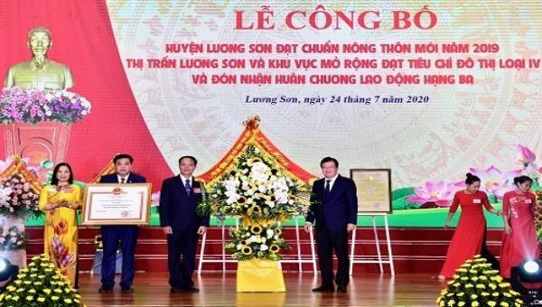 Phó Thủ tướng Trịnh Đình Dũng trao Quyết định của Thủ tướng Chính phủ về việc công nhận huyện Lương Sơn, tỉnh Hòa Bình đạt chuẩn nông thôn mới năm 2019. Ảnh: VGP/Đoàn Bắc