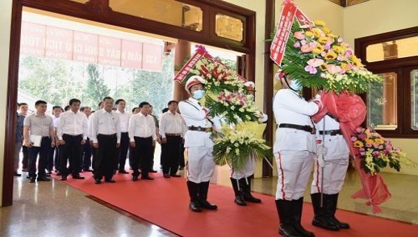 Phó Thủ tướng Trịnh Đình Dũng dâng hương, dâng hoa tưởng niệm Chủ tịch Tôn Đức Thắng. Ảnh: VGP/Đoàn Bắc