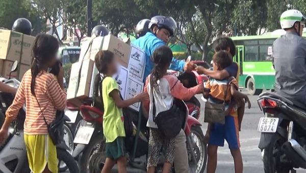 Thủ tướng yêu cầu xử lý tình trạng trẻ em, người khuyết tật, người cao tuổi bị lợi dụng, ép buộc lang thang xin ăn. Ảnh minh họa: VOV Giao thông