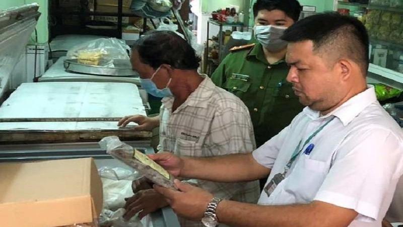 Kiểm tra các cơ sở kinh doanh thực phẩm sau vụ ngộ độc pate Minh Chay. Ảnh: CTTĐT Đồng Nai