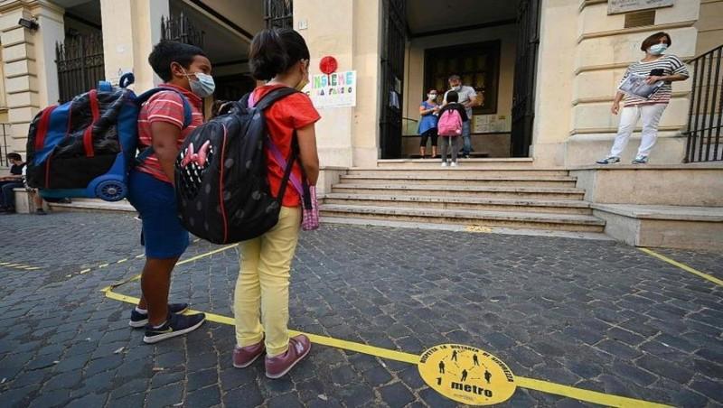 Các học sinh tại một trường học ở Rome (Italy) tuân thủ các quy tắc về khoảng cách an toàn. Ảnh: AFP