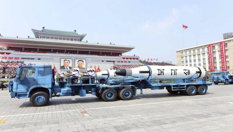 Tàu ngầm Polaris phóng tên lửa đạn đạo trong lễ diễu hành kỷ niệm 105 năm ngày sinh của cố lãnh tụ Kim Nhật Thành tại Bình Nhưỡng, Triều Tiên. Ảnh: AP