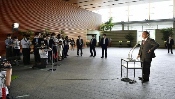 Tân Thủ tướng Nhật Bản Yoshihide Suga (bên phải) phát biểu với các phóng viên tại Văn phòng Thủ tướng ở Tokyo vào ngày 17/9/2020. Ảnh: Kyodonews