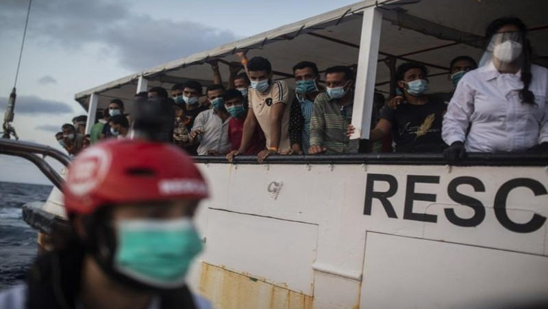 Những người di cư được giải cứu vào tối 15/9 ở vùng biển Trung Địa Trung Hải khi đang cố gắng chạy trốn khỏi Libya trên một chiếc thuyền gỗ. Ảnh: AP