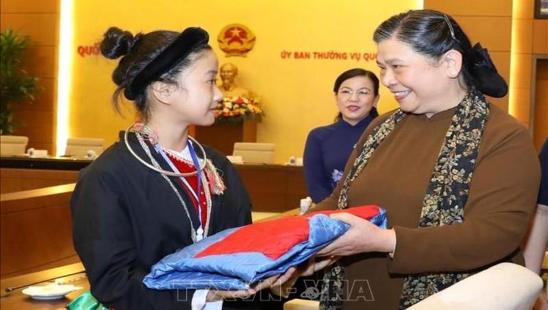 Phó Chủ tịch Thường trực Quốc hội Tòng Thị Phóng tặng quà các em học sinh mồ côi, khuyết tật tỉnh Thái Nguyên. Ảnh: TTXVN