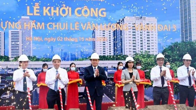 Bí thư Thành ủy Hà Nội Vương Đình Huệ, Chủ tịch UBND TP Hà Nội Chu Ngọc Anh cùng các đại biểu động thổ khởi công dự án. Ảnh: KTĐT