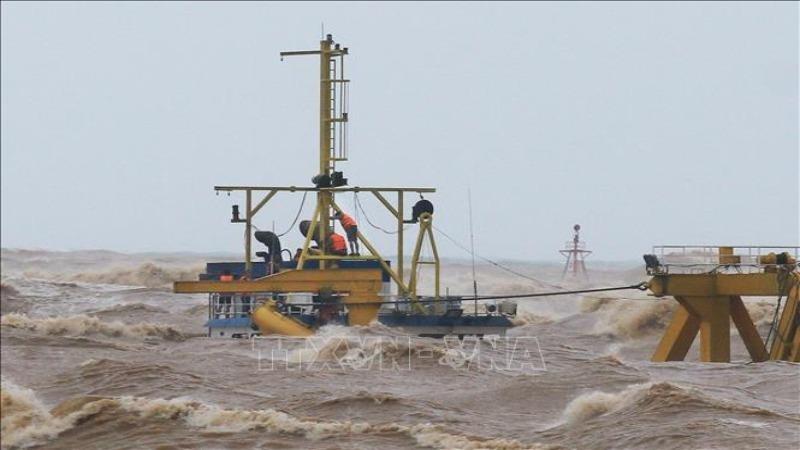 Các thuyền viên trên tàu Vietship 01 bị mắc kẹt ở vị trí gần phao số 0 khu vực cảng Cửa Việt. Ảnh: Hồ Cầu/TTXVN