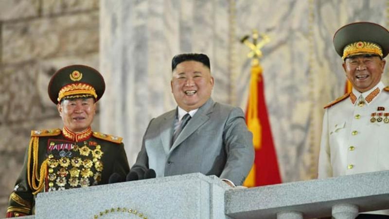 Nhà lãnh đạo Triều Tiên Kim Jong-un dự cuộc diễu binh tại Lễ kỷ niệm 75 năm ngày thành lập Đảng Lao động Triều Tiên. Ảnh: Yonhap