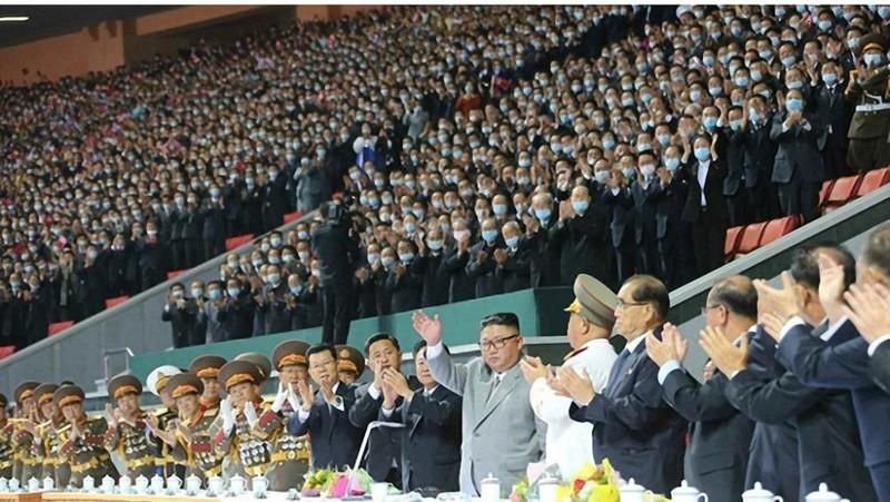 Nhà lãnh đạo Triều Tiên Kim Jong-un trong buổi biểu diễn nghệ thuật và thể dục quần chúng được tổ chức tại Sân vận động May Day ở Bình Nhưỡng hôm 11/10. Ảnh: Rodong Sinmun