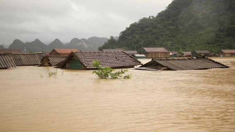 """Những ngôi nhà ngập sâu trong nước ở """"rốn lũ"""" Tân Hóa, huyện Minh Hóa, Quảng Bình. Ảnh: Nguyên Phong"""
