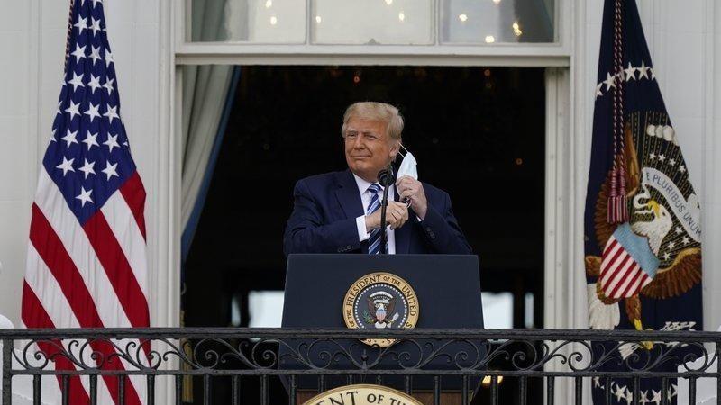 Tổng thống Donald Trump tháo khẩu trang để phát biểu từ Ban công Phòng Xanh của Nhà Trắng trước đám đông những người ủng hộ hôm 10/10 tại Washington. Ảnh: AP.