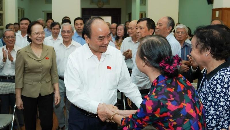 Cử tri Câu lạc bộ Bạch Đằng chào đón Thủ tướng Nguyễn Xuân Phúc. Ảnh: VGP/Quang Hiếu