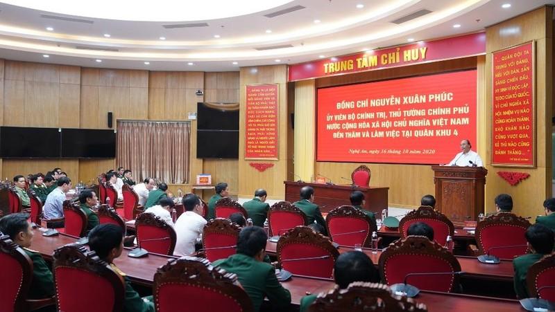 Thủ tướng Nguyễn Xuân Phúc thăm, làm việc tại Quân khu 4. Ảnh: Quang Hiếu/VGP