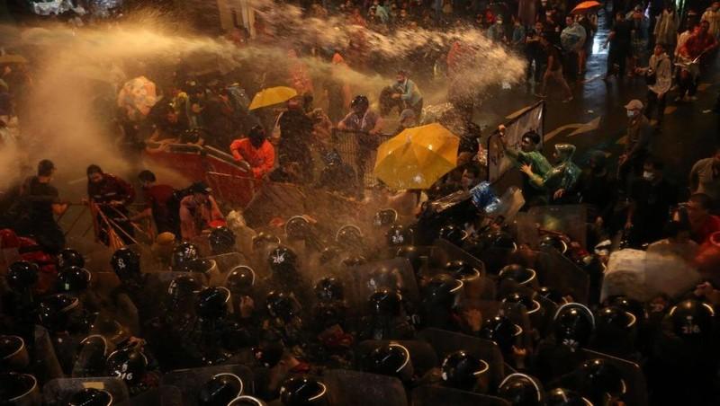Cảnh sát phải dùng vòi rồng để giải tán những người biểu tình. Ảnh: BKP