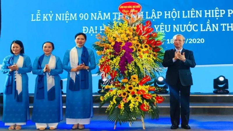 Đồng chí Trần Quốc Vượng tặng hoa chúc mừng Hội Liên hiệp phụ nữ Việt Nam nhân kỷ niệm 90 năm Ngày thành lập. Ảnh: HNM
