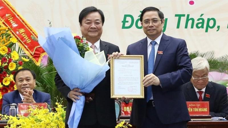 Đồng chí Phạm Minh Chính trao quyết định và chúc mừng đồng chí Lê Minh Hoan. Ảnh; VGP