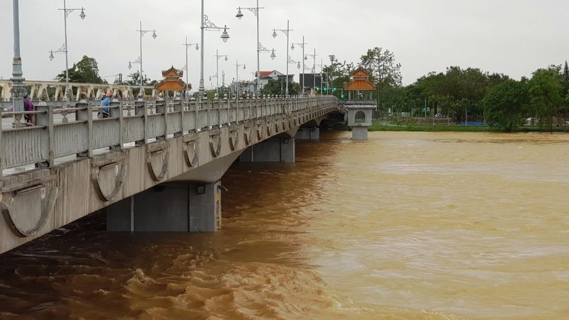 Nước dâng trên sông Hương lúc 16h chiều 17/10.