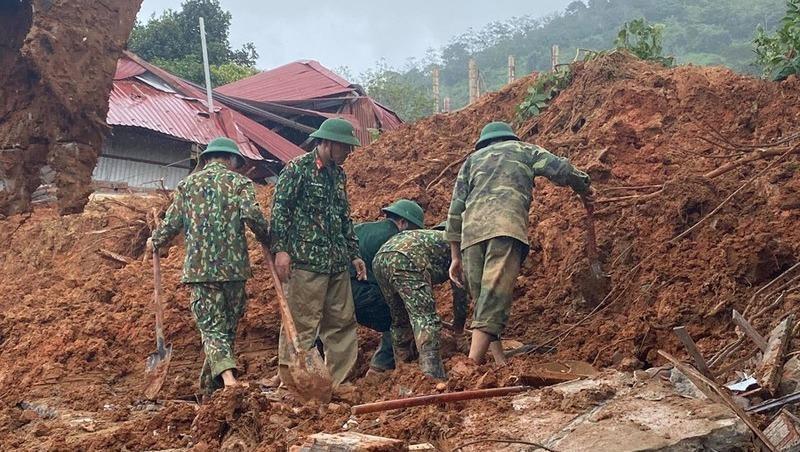 Lực lượng chức năng tìm kiếm 22 cán bộ, chiến sĩ Đoàn 337 bị vùi lấp sau vụ sạt lở đất tại thôn Cợp, xã Hướng Phùng, huyện Hướng Hóa, tỉnh Quảng Trị. Ảnh: Bảo Thiên
