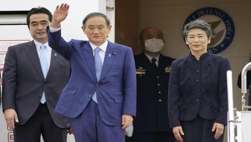 Thủ tướng Suga Yoshihide và phu nhân Mariko trước khi rời sân bay Haneda ở Tokyo đến Việt Nam vào chiều 18/10. Ảnh: KYODO