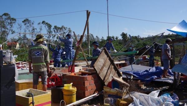 Hơn 50 cán bộ, chiến sĩ Vùng Cảnh sát biển 2 hỗ trợ người dân xã Tam Quang, huyện Núi Thành (Quảng Nam) khắc phục hậu quả bão số 9. Ảnh: QĐND