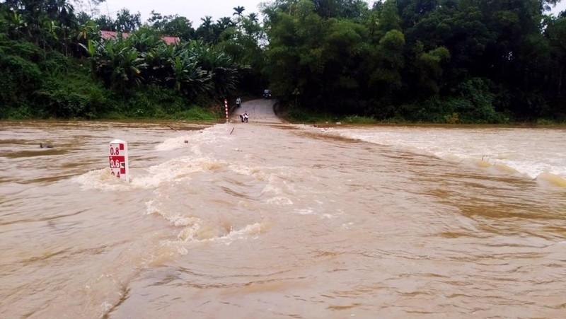 Nước tràn qua cầu Sông Trường trên quốc lộ 40 đoạn qua Bắc Trà My (Quảng Nam). Ảnh: VOV