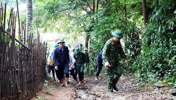 Lãnh đạo tỉnh và lực lượng Quân đội, Công an kiểm tra sạt lở đất tại huyện Con Cuông. Ảnh: Phú Hương/baonghean
