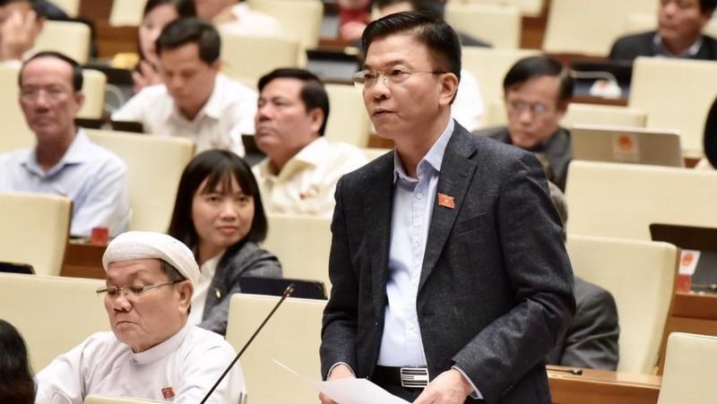 Bộ trưởng Bộ Tư Pháp Lê Thành Long trả lời chất vấn.