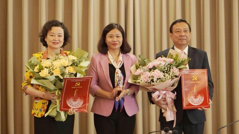 Phó Bí thư Thường trực Thành ủy Nguyễn Thị Tuyến trao Quyết định và tặng hoa chúc mừng đồng chí Trịnh Huy Thành (phải) và đồng chí Đinh Thị Lan Duyên (trái).