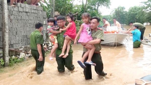 Công an huyện Cẩm Thuỷ (Thanh Hoá) giúp dân sơ tán đến nơi an toàn trong đợt mưa lũ. Ảnh: CAND