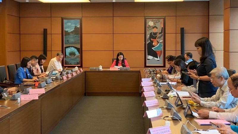 ĐBQH tổ 12 thảo luận tại tổ về dự ánLuật Giao thông đường bộ (sửa đổi) và dự án Luật Bảo đảm trật tự, an toàn giao thông đường bộ.