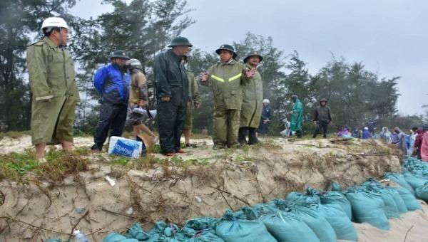 Chủ tịch UBND tỉnh Thừa Thiên-Huế Phan Ngọc Thọ kiểm tra, đôn đốc công tác ứng phó với bão số 13 tại khu vực ven biển. Ảnh: Cổng TTĐT TT-Huế