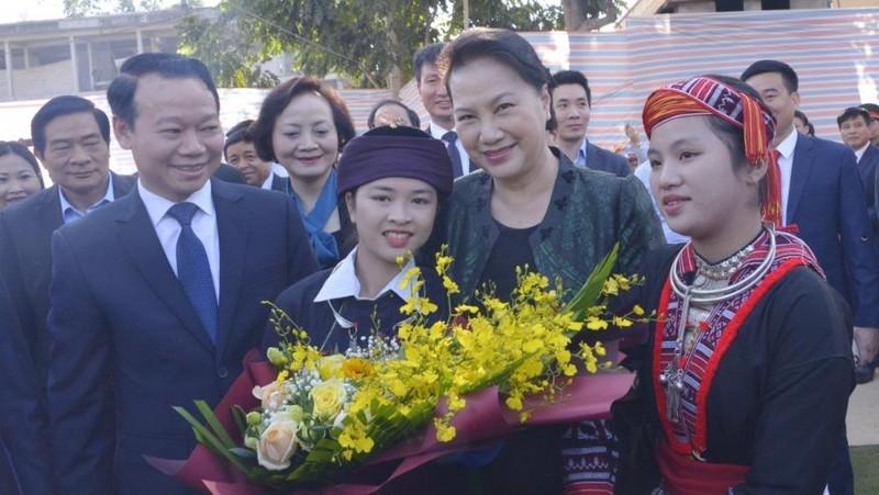 Chủ tịch Quốc hội Nguyễn Thị Kim Ngân cùng người dân dự ngày hội đại đoàn kết dân tộc  tại xã Quang Minh, huyện Văn Yên, tỉnh Yên Bái. Ảnh: VOV
