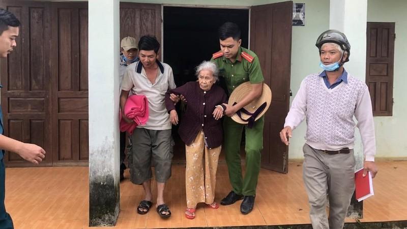 Công an xã Hòa Ninh giúp dân đang ở dưới chân núi tại xã Hoà Ninh đi di tản. Ảnh: VGP/Minh Trang