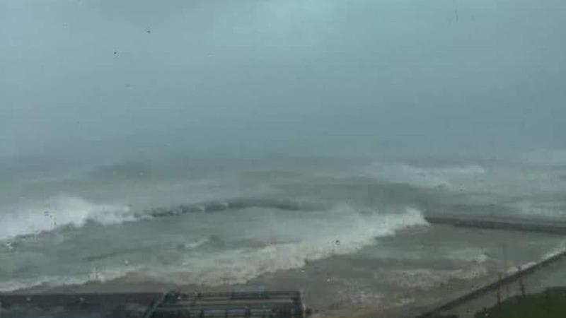Huyện đảo Lý Sơn biển động dữ dội, cột sóng cao 4-5 mét do ảnh hưởng của bão Vamco hôm qua (14/11).