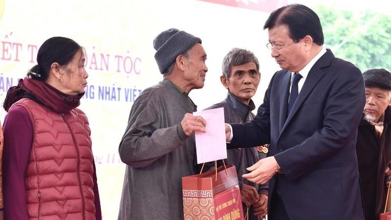 Phó Thủ tướng Trịnh Đình Dũng trao quà cho các hộ nghèo, hoàn cảnh khó khăn xã Bình Sơn- Ảnh: VGP/Đoàn Bắc