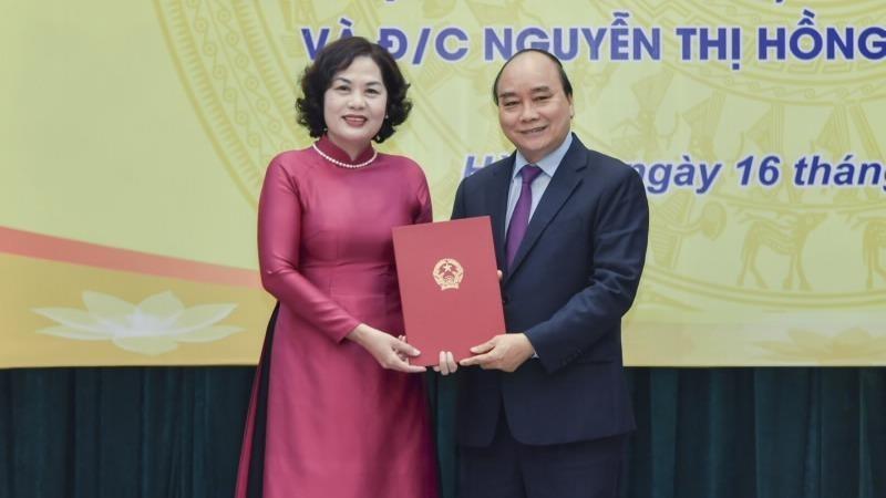 Thủ tướng Nguyễn Xuân Phúc trao quyết định bổ nhiệm Thống đốc NHNN cho bà Nguyễn Thị Hồng.