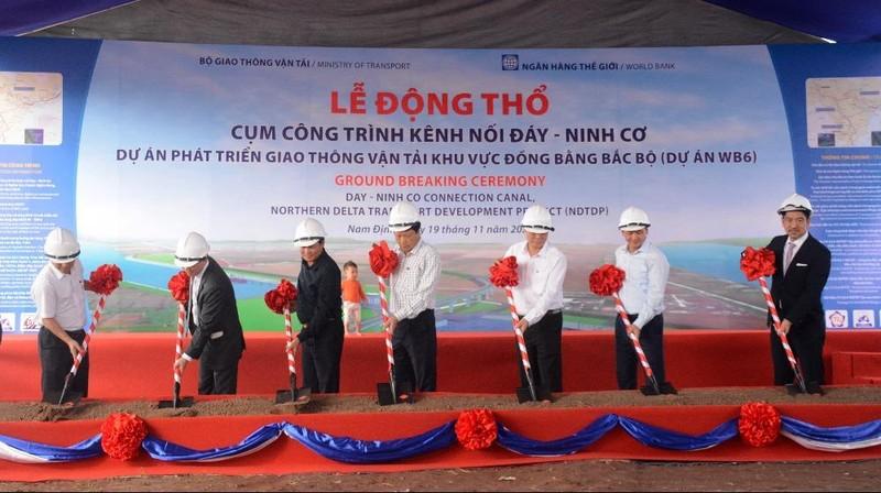 Thứ trưởng Bộ GTVT Nguyễn Nhật phát lệnh động thổ cụm công trình. Ảnh: VGP/Phan Trang.