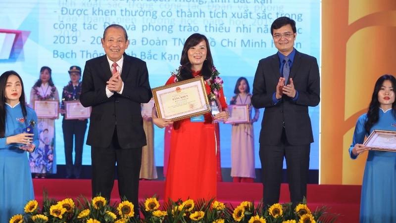 Phó Thủ tướng thường trực Trương Hòa Bình và Bí thư Trung ương Đoàn Bùi Quang Huy trao Bằng khen cho các nhà giáo trẻ tiêu biểu. Ảnh: VGP/Lê Sơn.