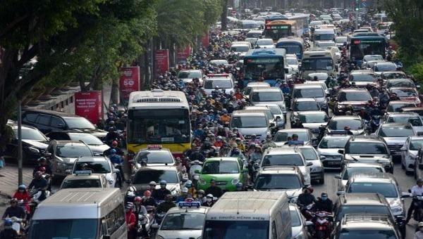 Nút giao thông Liễu Giai - Đào Tấn là một trong 10 điểm ùn tắc mới phát sinh do rào chắn thi công Dự án đường sắt Nhổn - Ga Hà Nội. Ảnh: HNM