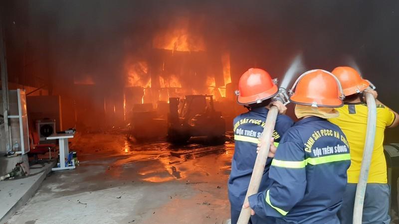Vụ cháy tại kho chứa hàng thuộc Công ty TNHH kinh doanh tổng hợp Hữu Hùng tại phường Trung Đô, TP Vinh, tỉnh Nghệ An hôm 25/11/2020. Ảnh: Thanh Phương