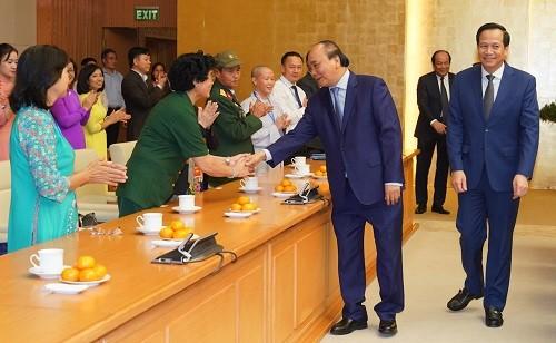 Thủ tướng ân cần thăm hỏi những tấm gương sáng thầm lặng vì cộng đồng - Ảnh: VGP/Quang Hiếu
