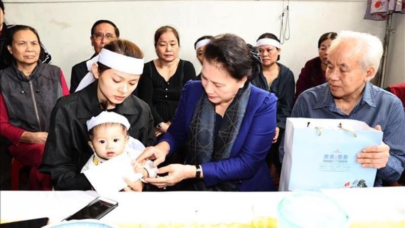 Chủ tịch Quốc hội thăm gia đình các liệt sĩ đã hy sinh khi đi cứu nạn ở Thủy điện Rào Trăng 3